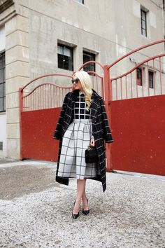 Blair Eadie at Atlantic-Pacific: window-pane midi skirt, blouse and oversized coat Atlantic Pacific, Checkered Outfit, Estilo Blogger, Blogger Style, Fashion Sites, Net Fashion, Fashion Trends, Mode Style, Modest Fashion