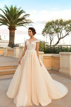 traumhaftes Brautkleid, weit, mit langer Schleppe, in Cremeweiß, mit kurzen Ärmeln, mit V Ausschnitt