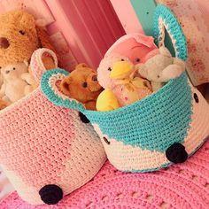 Minha raposinha azul...  Acabei de fazer minha versão do cesto de raposa, em ponto baixo e menor!!! Ainda vou fazer algumas mudanças mas já estou Inlove por eleeee!!! ❤️ fofo né??? Logo logo vou ensinar lá no canal!!! Beijossssssss!!!  #artesanato #fiodemalha #feitoamão #bhooked #rosa #pink #trapillo #decoração #trapilho #crochet #cesto #fox #raposa #artesanato #artecomeuroroma #love