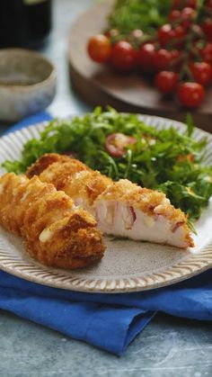 Hasselback Chicken Cordon Bleu combines all your favourite flavours into one easy mid-week dinner! Hasselback Chicken Cordon Bleu combines all your favourite flavours into one easy mid-week dinner! Tasty Videos, Food Videos, Pollo Hasselback, Healthy Breakfast Recipes, Easy Dinner Recipes, Chicken Cordon Bleu, Pumpkin Recipes, Chicken Recipes, Food Porn