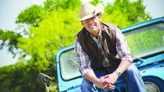 Texas country star Aaron Watson released his lead single That Look from his next album The Underdog. Listen to his love song on Country Music #CMchat.