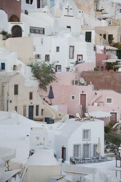 Choisir une Île Grecque: Aperçu Santorini (Detour Local) -> Couleurs pastels lors d'un coucher de soleil à Santorini www.detourlocal.com/escapade-visuelle-santorini/