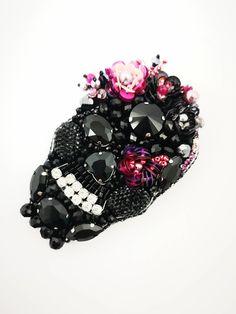 Swarovski Brooch, Beaded Brooch, Beaded Jewelry, Bead Loom Patterns, Beading Patterns, Diy Friendship Bracelets Patterns, Beadwork Designs, Beaded Collar, Felt Brooch
