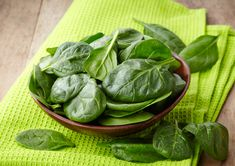 Over 45 spinach recipes for every occasion you can imagine. Spinach recipes for breakfast, lunch, dinner and even parties. Top 10 Home Remedies, Natural Remedies, Foods To Fight Inflammation, Pancreas Health, Bulking Meals, Lactuca Sativa, Dark Green Vegetables, Nutrient Rich Foods, Chopped Salads