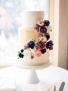 Cascading fall floral wedding cake: http://www.stylemepretty.com/colorado-weddings/aspen/2015/11/19/romantic-autumn-mountaintop-wedding/ | Photography: Rachel Havel - http://rachelhavel.com/ #PhotographyForWeddings