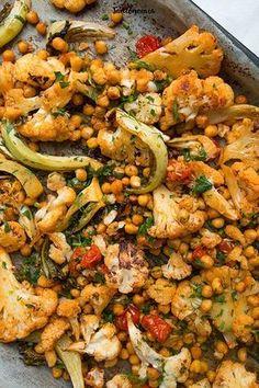 Pieczony kalafior z ciecierzycą » Jadłonomia · wegańskie przepisy nie tylko dla wegan Diet Recipes, Vegan Recipes, Cooking Recipes, Vegan Dishes, Tasty Dishes, Healthy Cooking, Healthy Eating, Home Food, Curry