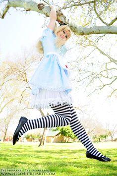 Alice in Wonderland Cosplay - Disney. Alice Cosplay, Disney Cosplay, Disney Costumes, Cosplay Girls, Halloween Costumes, Alice In Wonderland Pictures, Wonderland Alice, Disney Inspired Makeup, Costumes