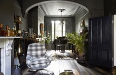 A dark yet vivacious Victorian townhouse (Desire To Inspire) Victorian House Interiors, Victorian Townhouse, Victorian Homes, Interior Design Inspiration, Home Decor Inspiration, Study Lamps, London House, Beautiful Interiors, Living Spaces