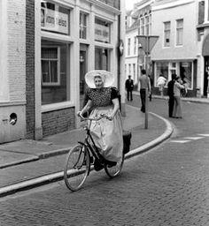 Cornelia de Visser op de fiets, zij woonde in Nieuw-en Sint Joosland
