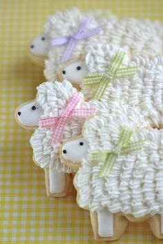 These sheep cookies are beyond cute.you could rock these cookies! Fancy Cookies, Cute Cookies, Easter Cookies, Easter Treats, Easter Food, Easter Snacks, Easter Desserts, Holiday Cookies, Cookies Decorados