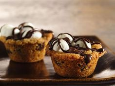 Betty Crocker® cookie mix provides a simple addition to these 36 mini delicious caramel cookie cups - a delightful dessert! With chocolate chip cookie mix, chocolate caramels, mini marshmallows & chips Mini Desserts, Chocolate Desserts, Just Desserts, Chocolate Chips, Chocolate Marshmallows, Chocolate Ganache, Plated Desserts, Chocolate Drizzle, Chocolate Lovers