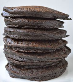 Double Chocolate Protein Pancakes - Maebells - Double Chocolate Protein Pancakes, healthy pancakes full of fruit, protein, and cocoa powder! Healthy Recipes, Healthy Treats, Healthy Lunches, Eat Breakfast, Breakfast Recipes, Breakfast Ideas, Chocolate Protein Pancakes, Healthy Protein Pancakes, Protein Powder Pancakes