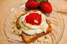 Rahkaa ja mansikoita leivän päällä? Toimii kauraleivän kanssa täydellisesti.