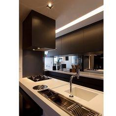 Alterações: Manter armários superiores pretos, trocar bancada branca por uma cinza e armários inferiores em branco assim como os eletros também brancos.