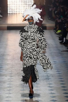 Vivienne Westwood Fall 2014 Ready-to-Wear Runway - Vivienne Westwood Ready-to-Wear Collection Paris Fashion, Runway Fashion, Fashion Show, Fashion Design, High Fashion, English Fashion, Vivienne Westwood, Dress Me Up, Fashion Styles