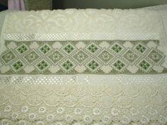Marca: Karsten, 99% algodão e 1% viscose Medida: 33 x 50cm Cor: creme(melina) Trabalho:ponto reto e falso crivo .O bordado pode ser feito na cor que o cliente desejar Cores das toalhas, creme e branca