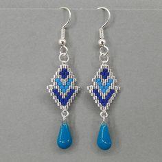 Boucles doreilles réalisées en perles Miyuki en tissage peyote (les perles sont tissées une à une à laiguille) avec un goutte en résine Epoxy. Le tout est monté sur un crochet argenté. Longueur : 5,5 cm, crochet compris Largeur : 1,3 cm au plus large Couleurs au choix : - argent