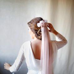 Velo de novia de color rosa. Fotografía: Leafhopper