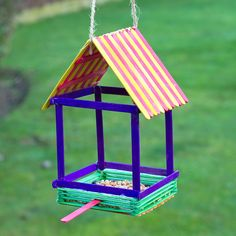 Pop Stick Bird House Feeder Create this novelty bird house feeder using just coloured wooden pop sticks and glue! Pop Stick Craft, Popsicle Stick Crafts For Kids, Wooden Craft Sticks, Popsicle Stick Birdhouse, Popsicle Stick Houses, Bird Feeder Craft, Birdhouse Craft, Bird House Feeder, Craft Stick Projects