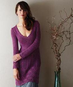 Платье спицами с декольте и ажурным низом