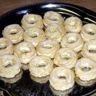 Fotografie receptu: Pravé žloutkové věnečky Czech Recipes, Ethnic Recipes, Czech Desserts, Buttercream Recipe, Onion Rings, Sweet Tooth, Dessert Recipes, Food And Drink, Pie