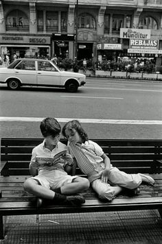 Black and white photography people reading 38 ideas People Reading, Kids Reading, Love Reading, Reading Books, I Love Books, Good Books, Books To Read, Vintage Photography, Street Photography