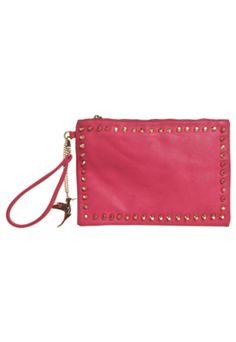 A Clutch Isabella Piu Tachas rosa é confeccionada em material sintético, com tachas decorativas um bolso na parte traseira. Traz alça de mão e fechamento principal por zíper. Mede 30cm de largura, 20cm de altura e 2cm de profundidade. Interior em material têxtil, com três bolsos além do compartimento principal.