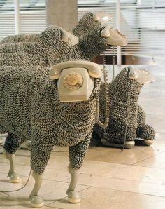 Esculturas de Ovelhas feitas de Telefones de Disco by Jean Luc.  Os fios formaram a lã das ovelhas,as bases viraram cabeças e os fones se transformaram em cascos.  Acho incrível a percepção do artista ao transformar um elemento de consumo em algo novo, fora do contexto e do lugar comum.