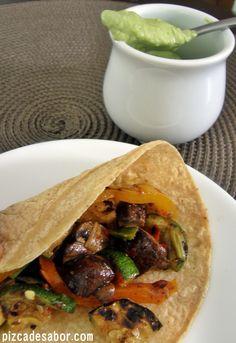 Tacos vegetarianos (zucchini, morrón, champiñones) al carbón con crema de aguacate