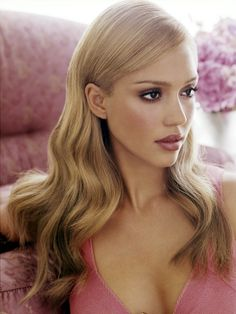 love Jessica Alba's honey blonde hair!