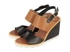 Beaune / Sandalias negras con tira ancha marrón y cuña blanca de 8,5 cm. Corte y forro en piel y suela en sintético. Las sandalias de moda del verano 2016.