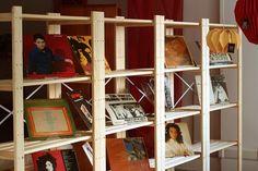 deixe seus acessórios expostos apostando em estantes vazadas