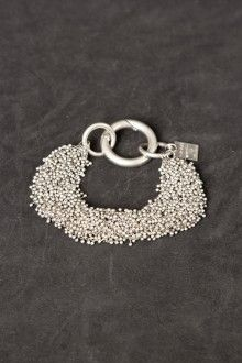 Little poise bracelet Of all the Goti bracelets, this is my favourite. Antique Bracelets, Love Bracelets, Bangle Bracelets, I Love Jewelry, Silver Jewelry, Womens Fashion Stores, How To Make Earrings, Fashion Jewelry, Fashion Sandals