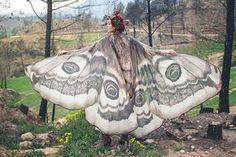 Lenços que simulam asas de borboletas e mariposas, da marca espanhola Costurero Real;