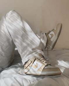 Dr Shoes, Hype Shoes, Me Too Shoes, Sneakers Mode, Sneakers Fashion, Fashion Shoes, Shoes Sneakers, Beige Sneakers, Fashion Art