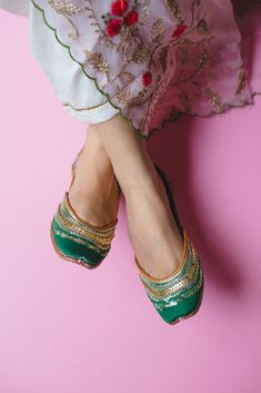 Pastels and Pop Emerald juttis / too pretty not to show off ❤️ Pop Fashion, Fashion Shoes, Stylo Shoes, Hello Kitty Shoes, Indian Shoes, Embroidery Suits Design, Kurti Designs Party Wear, Indian Designer Wear, Shoe Collection