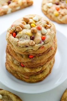 Fall Cookies That'll Make You Forget Apple Pie Even Exists Every bite of these deliciously soft sugar cookies is loaded with white chocolate, Reese's Pieces, and peanut butter. Fall Cookie Recipes, Halloween Cookie Recipes, Fall Dessert Recipes, Fall Desserts, Cookie Desserts, Just Desserts, Cookie Favors, Halloween Cookies, Peanut Butter Chip Cookies