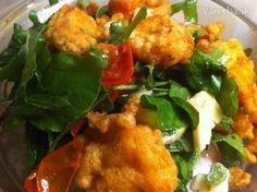 Miešaný šalát s lososovými krutónmi a grilovanými paradajkami