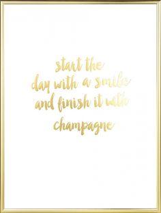 """Poster met gouden print. Tekst met goud """"Start the day with a smile and finish it with champagne"""". Mooi in bijv de slaapkamer of de keuken. Het bladgoud zorgt voor een luxe en glimmend gevoel. Deze gouden poster is een erg mooi en trendy interieurdetail in huis. www.desenio.nl"""