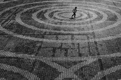 """Hiroharu Matsumoto es un fotógrafo de origen japonés nacido en 1965 cuya especialidad es la fotografía de paisaje urbano. Sus trabajos son siempre en blanco y negro, creando así atmósferas más dramáticas de las calles de Tokyo, acentuando la sensación de soledad en una de las metrópolis más grande del mundo. Hiroharu crea juego de luces y sombras, además de composiciones sorprendentes con un toque mínimo. Hablando de inspiración, Matsumoto dice: """"La soledad es un sentimiento inherente para…"""