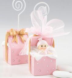 Detalles para bautizo. Clip portafotos o portanotas niña dentro de cajita de regalo. Incluye, tul con 3 peladillas de chocolate, lazo a tono y tarjeta personalizada, nombre y fecha del evento. Medidas: 11 cm