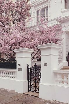 london architecture aesthetic This Is Glamorous : : adventures in love design fashion and travel Exterior Design, Interior And Exterior, Colonial Exterior, Bungalow Exterior, Beautiful Homes, Beautiful Places, Love Design, Design Shop, House Goals