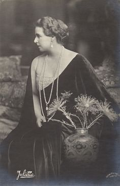 Queen Marie of Romania – the former Princess Marie of Edinburgh, a grand-daughter of Queen Victoria, was the first crowned head to become a Bahá'í. Mary I, Queen Mary, Princess Victoria, Queen Victoria, Michael I Of Romania, Romanian Royal Family, Charlize Theron Style, Princess Alexandra, Royal Blood