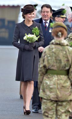 A Duquesa de Cambridge parece estar muitíssimo bem disposta nas semanas finais da gestação, como mostrou em evento oficial nesta terça-feira (17.03) a bordo de look cuja média de preço é R$ 15 mil