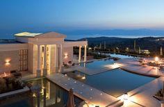 Θα περίμενε κανείς ότι το πιο πολυτελές ξενοδοχείο της χώρας θα υποδέχονταν τους απαιτητικούς επισκέπτες του σε κάποια περιοχή της Μυκόνου ή της Σαντορίνης. Και όμως..