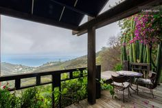 Apartment in Malibu, United States. A delightful experience often compared with the French Riviera, incredible ocean views. Conveniently located only 23 miles from Los Angeles International Airport (LAX), 20 minutes from Santa Monica, seconds from gorgeous beaches and mountain hikes...