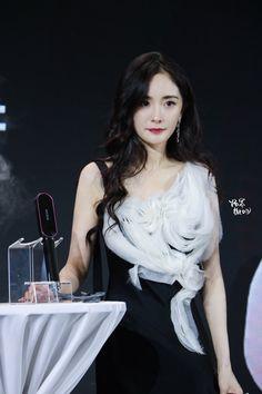 Yang Yang Actor, Peach Blossoms, Chinese Actress, Beautiful World, Asian Woman, Korean, Actresses, Actors, Womens Fashion