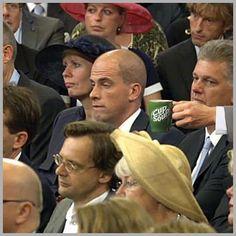 Leuke inhaker van Cup a Soup op knikkebollende Samsom tijdens voorlezen troonrede ;-).