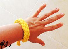 pulsera de moda a juego con el collar color amarillo..........