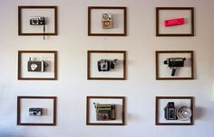 Forget the shelf, put your old cameras in frame and on display. I love this idea. [via Apartment Therapy] Related Vintage Camera Decor, Vintage Cameras, Antique Cameras, Photos Vintage, Vintage Display, Vintage Ideas, Vintage Frames, Casa Milano, Photo Deco